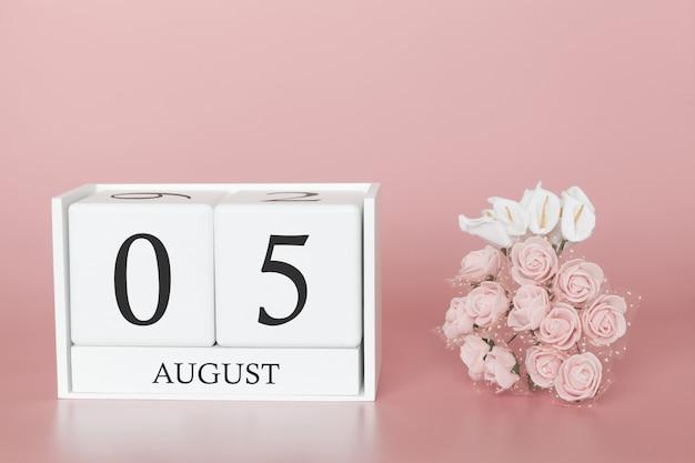 05 de agosto. dia 5 do mês. calendar o cubo no fundo cor-de-rosa moderno, no conceito do negócio e em um evento importante.