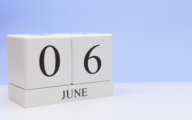 06 de junho dia 6 do mês, calendário diário na mesa branca