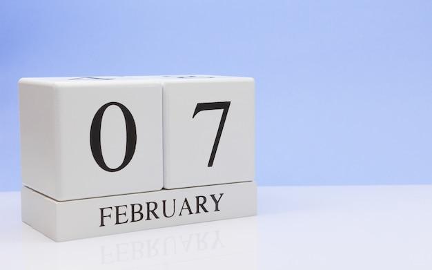 07 de fevereiro. dia 07 do mês, calendário diário na mesa branca.