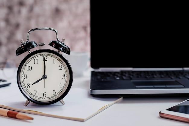 08:00. tempo para trabalhar e concet de negócios. fundo preto e espaço de cópia no laptop.