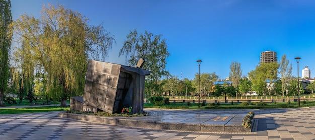 09.05.2021. kropyvnytskyi, ucrânia. dique do rio ingul em kropyvnytskyi, ucrânia, em uma manhã ensolarada de primavera
