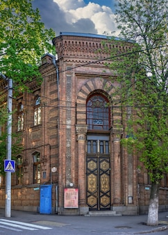 09.05.2021. kropyvnytskyi, ucrânia. ruas e edifício histórico de kropyvnytskyi, ucrânia, em uma manhã ensolarada de primavera