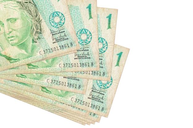 1 as notas reais brasileiras encontram-se em pequenos maços ou maços isolados no branco. conceito de negócios e câmbio
