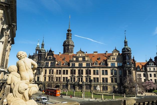 1º de abril de 2019. resden, suíça saxônica, alemanha: uma rua no centro da cidade e os prédios antigos de dresden