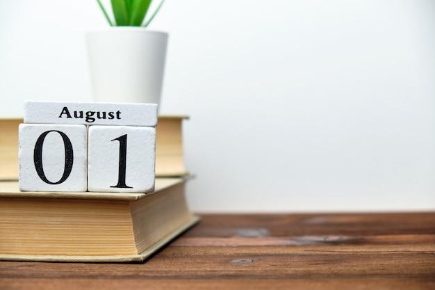 1º de agosto - conceito do calendário do mês do primeiro dia em blocos de madeira com espaço da cópia.