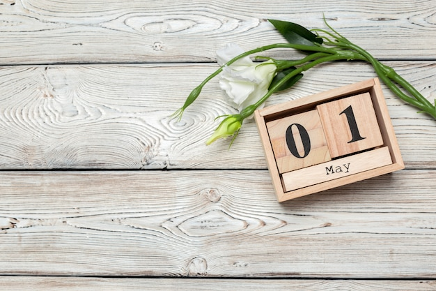 1 de maio, 1 de maio calendário de madeira em madeira branca