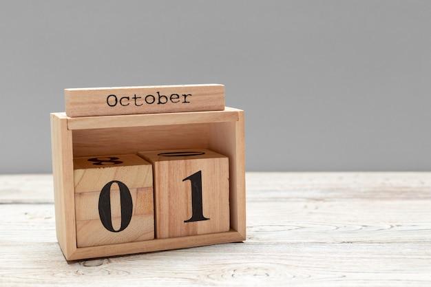 1 de outubro. 1 de outubro branco calendário de madeira na madeira