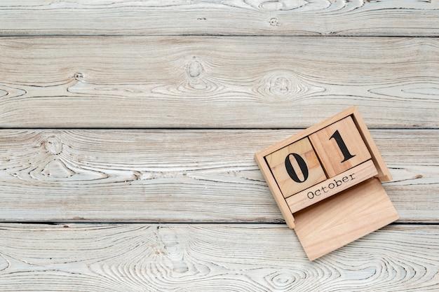 1 de outubro. 1 de outubro branco calendário de madeira na mesa de madeira