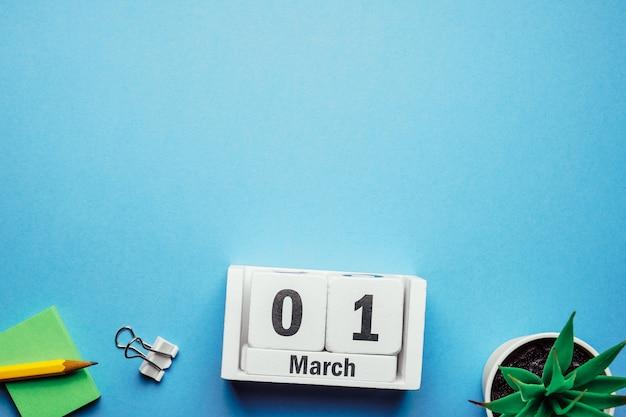 1 primeiro dia da marcha do calendário do mês da primavera com espaço de cópia.