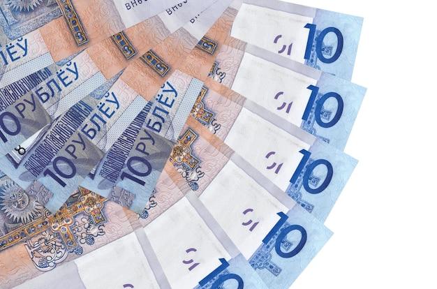 10 contas de rublos bielorrussos encontram-se isoladas na parede branca com espaço de cópia empilhados em forma de leque close-up. conceito de transações financeiras