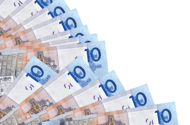 10 contas de rublos bielorrussos encontram-se isoladas na parede branca com espaço de cópia empilhados em ventilador close-up. conceito de tempo de pagamento ou operações financeiras