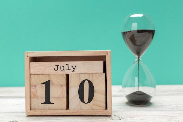 10 de julho, calendário na superfície de madeira