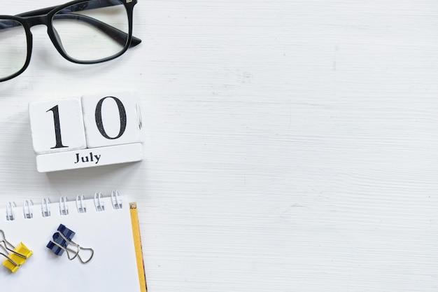 10 de julho décimo dia do conceito de calendário do mês em blocos de madeira com espaço de cópia /