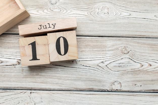 10 de julho. imagem de 10 de julho, calendário em madeira. horário de verão