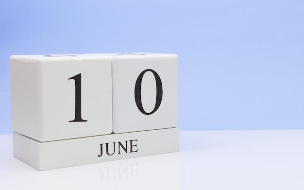 10 de junho dia 10 do mês, calendário diário na mesa branca