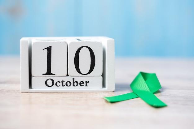 10 de outubro de calendário branco com fita verde. dia mundial da saúde mental