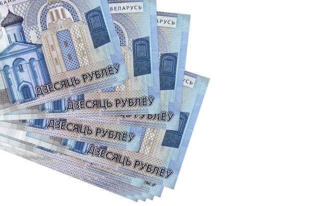 10 notas de rublos bielorrussos encontram-se em um pequeno grupo ou pacote isolado no branco