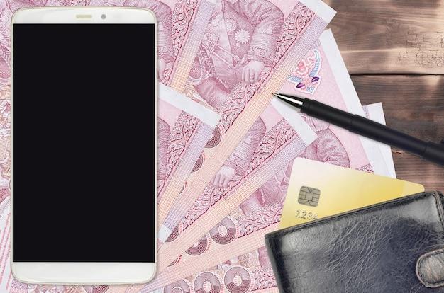 100 contas de baht tailandês e smartphone com bolsa e cartão de crédito