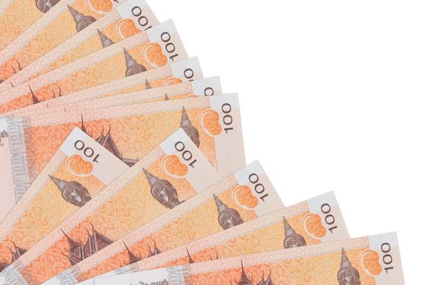 100 contas de riels cambojanos encontram-se isoladas na parede branca com espaço de cópia empilhados em ventilador close-up. conceito de tempo de pagamento ou operações financeiras