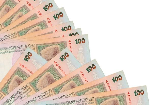 100 notas de hryvnias ucranianas encontram-se isoladas em um fundo branco com espaço de cópia empilhados em um ventilador.