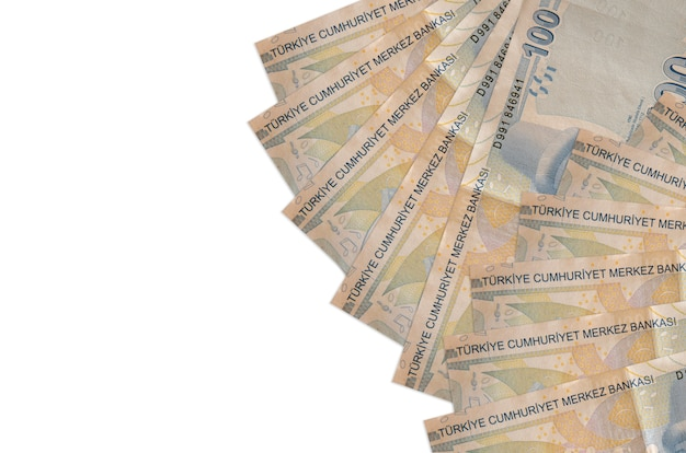 100 notas de liras turcas encontram-se isoladas no branco