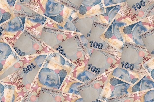 100 notas de liras turcas encontram-se na pilha grande. parede conceitual de vida rica. grande quantidade de dinheiro