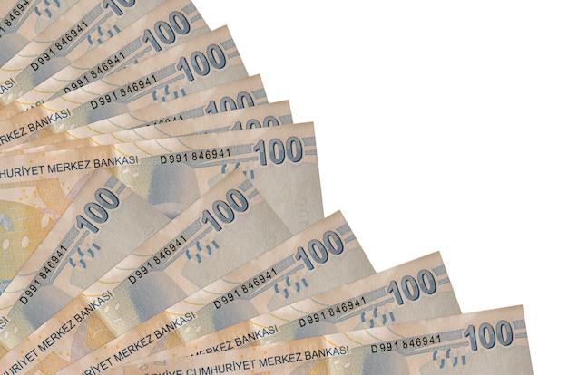 100 notas de liras turcas isoladas em um fundo branco com espaço de cópia empilhados em um ventilador.