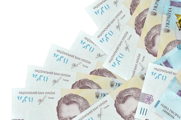 1000 contas de hryvnias ucranianas encontram-se em ordem diferente, isoladas no branco. banco local ou conceito de fazer dinheiro.
