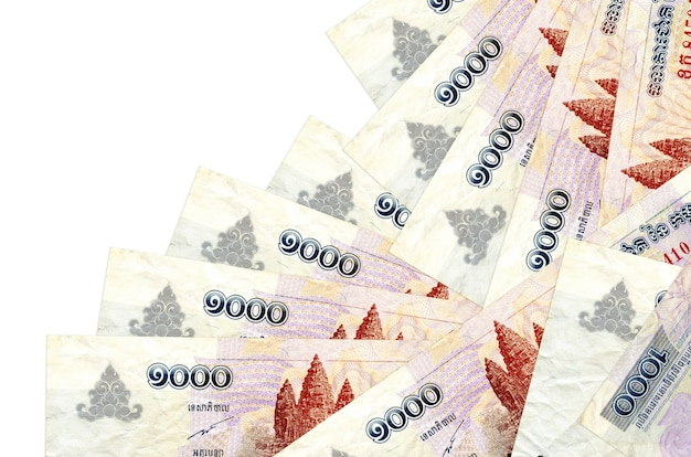 1000 contas de riels cambojanos estão em ordem diferente, isoladas no branco