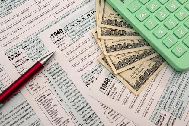 1040 forma individual, dinheiro conosco. conceito de tempo de imposto. contador