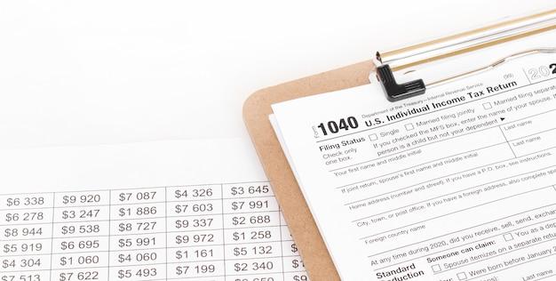 1040 formulário fiscal em preenchimento. profundidade superficial de campo