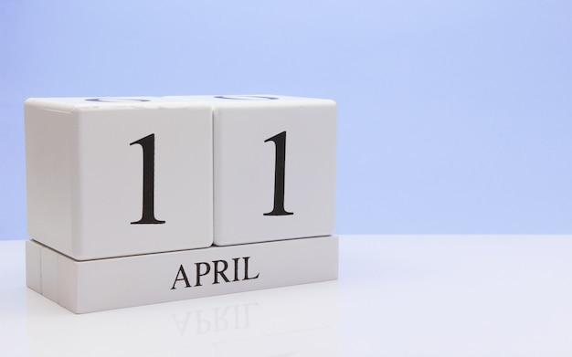 11 de abril. dia 11 do mês, calendário diário na mesa branca com reflexão