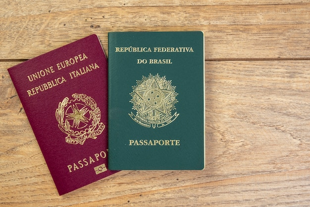 11 de novembro de 2020, brasil. passaportes italiano e brasileiro na mesa de madeira.