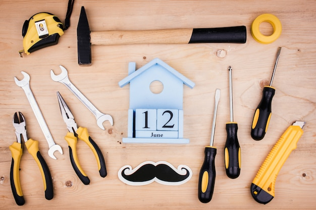 12 de junho - dia dos pais. conceito masculino. ferramentas de reparo - martelo, chaves de fenda, chaves ajustáveis, alicates. folha de papel branco.