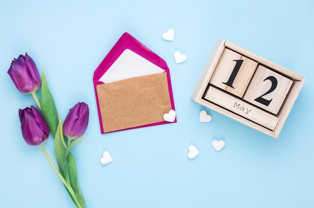 12 de maio de inscrição com papel e tulipas