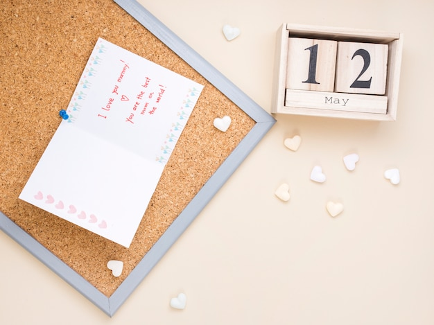 12 de maio inscrição com cartão e corações