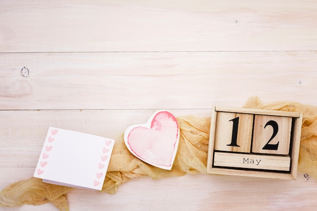 12 de maio inscrição com coração e papel