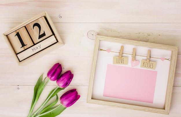 12 de maio inscrição com tulipas e moldura