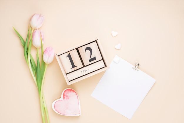 12 de maio inscrição com tulipas e papel