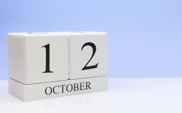 12 de outubro dia 12 do mês, calendário diário na mesa branca