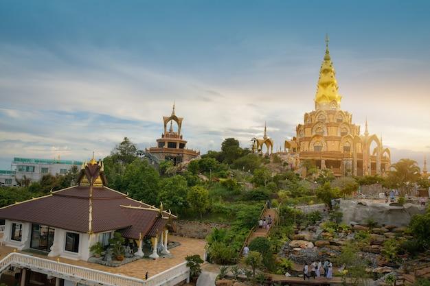 12 de setembro de 2020 na província de phetchabun, tailândia pessoas viajam de férias em wat pha son kaew khao kho, província de phetchabun, tailândia