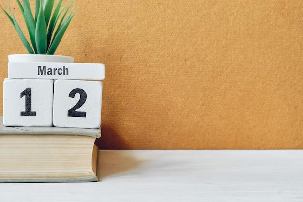 12 décimo segundo dia de março do calendário do mês de primavera com espaço de cópia.