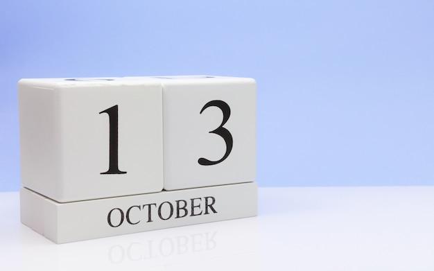 13 de outubro dia 13 do mês, calendário diário na mesa branca