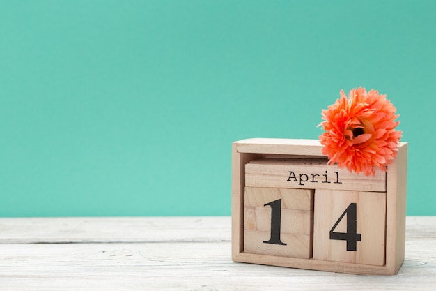14 de abril. dia 14 de abril, calendário na mesa com azul. tempo de primavera
