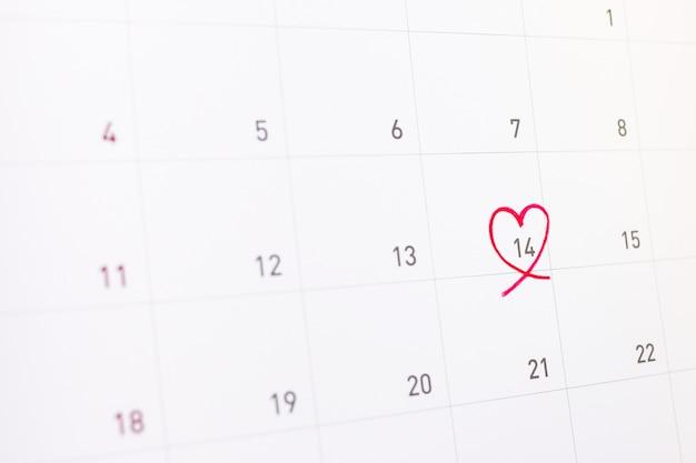 14 de fevereiro com coração rosa no calendário
