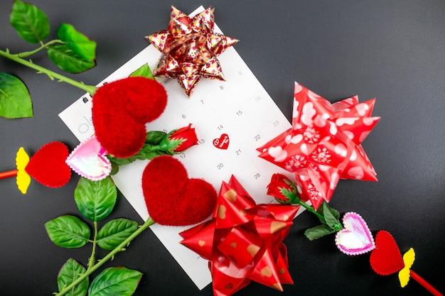 14 de fevereiro dia dos namorados conceito com decorações vermelhas.