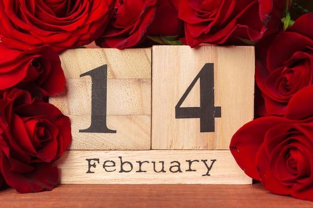 14 de fevereiro no calendário e decorações para o dia dos namorados.