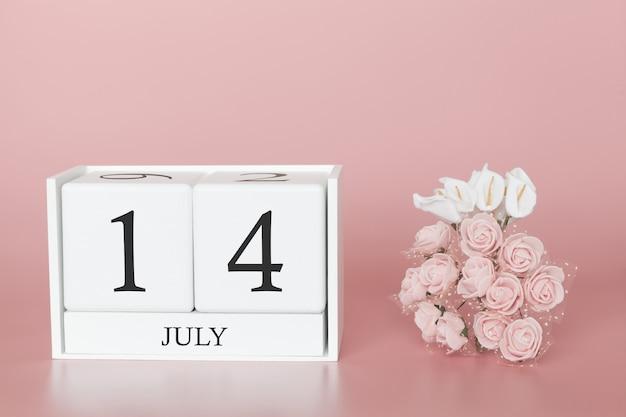 14 de julho. dia 14 do mês. calendar o cubo no fundo cor-de-rosa moderno, no conceito do negócio e em um evento importante.