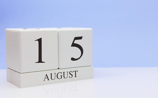 15 de agosto dia 15 do mês, calendário diário na mesa branca