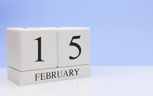 15 de fevereiro. dia 15 do mês, o calendário diário na mesa branca.